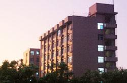晚霞中祥和的戒毒大楼